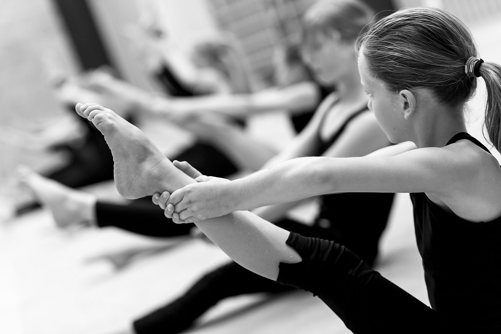 Barn tränar gymnastik